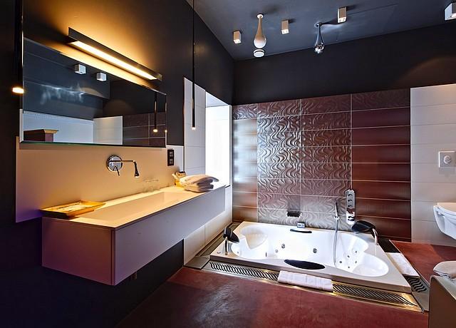 suite avec jacuzzi privatif dans la chambre luxembourg belgique hotel saint amour